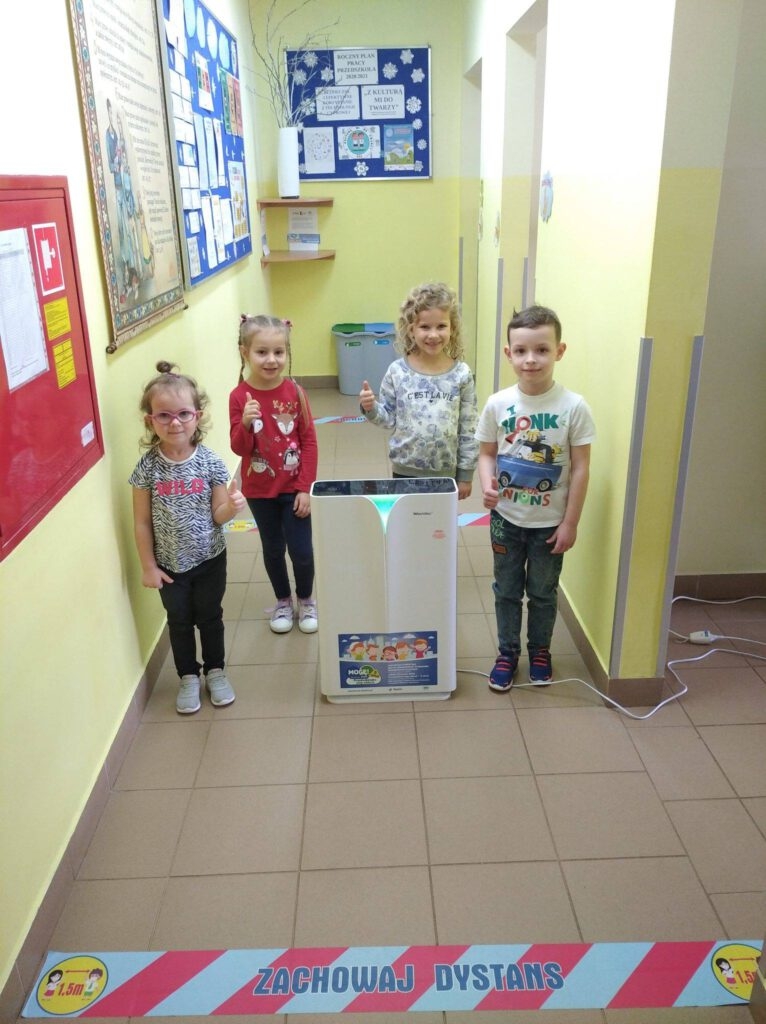 dzieci z urządzeniem